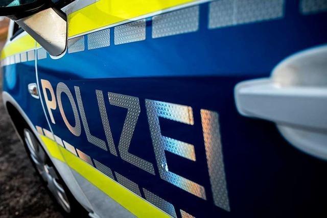 Autofahrerin beschädigt zwei Fahrzeuge in Lörrach und flüchtet