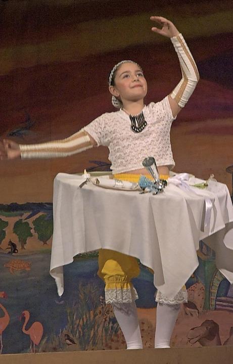 Wenn Tische tanzen: eine Szene aus dem Ballettnachmittag der Musikschule.  | Foto: Benedikt Sommer