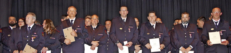 Das Feuerwehrehrenzeichen in Gold  bek... Michael Strohmeier und Frank Bürgin.   | Foto: Frey