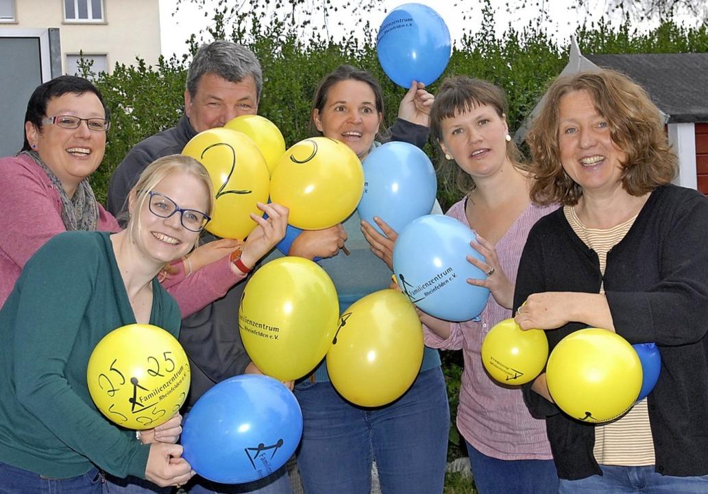 Die Mitarbeiter des Familienzentrums freuen sich über das  Jubiläum.   | Foto: Leony Stabla