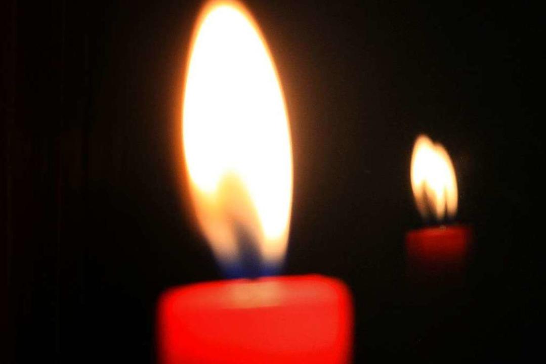 Brennende Kerzen sollten in dem Gewäch...anzen vor Frost schützen (Symbolbild).  | Foto: dpa