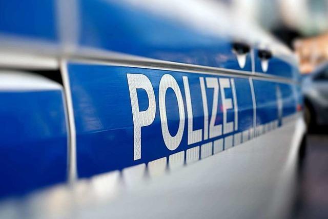 70-Jährige Frau muss in Lörrach von Polizisten aus einer Gaststätte getragen werden
