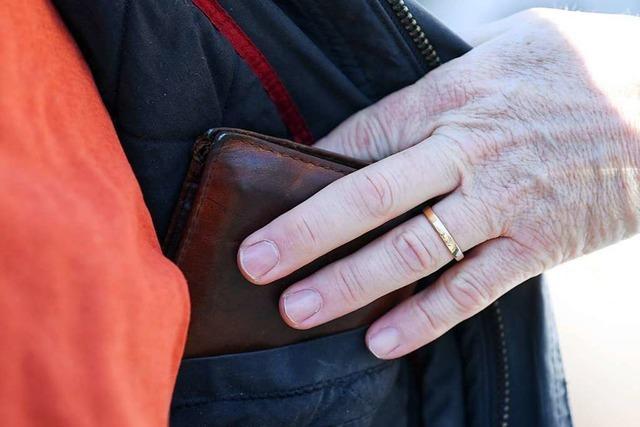 Taschendiebe bestehlen mehrere Seniorinnen in Löffinger Discounter