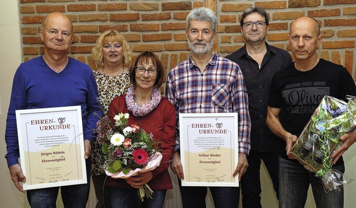 Karin Schwörer, Vorsitzende des TV Wyhl (2. von links) mit den Geehrten   | Foto: Jürgen Schweizer