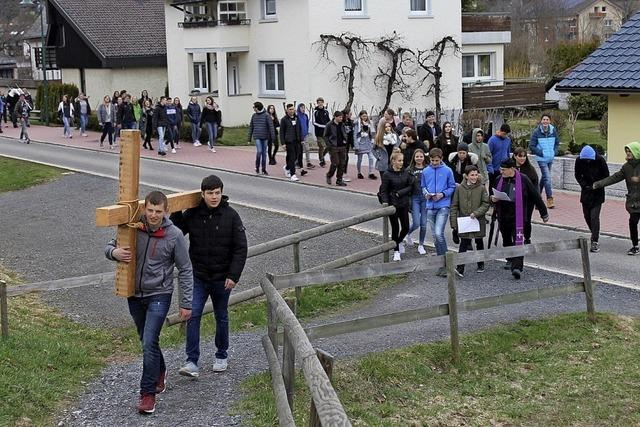 Jugendliche gehen ökumenischen Kreuzweg in St. Blasien
