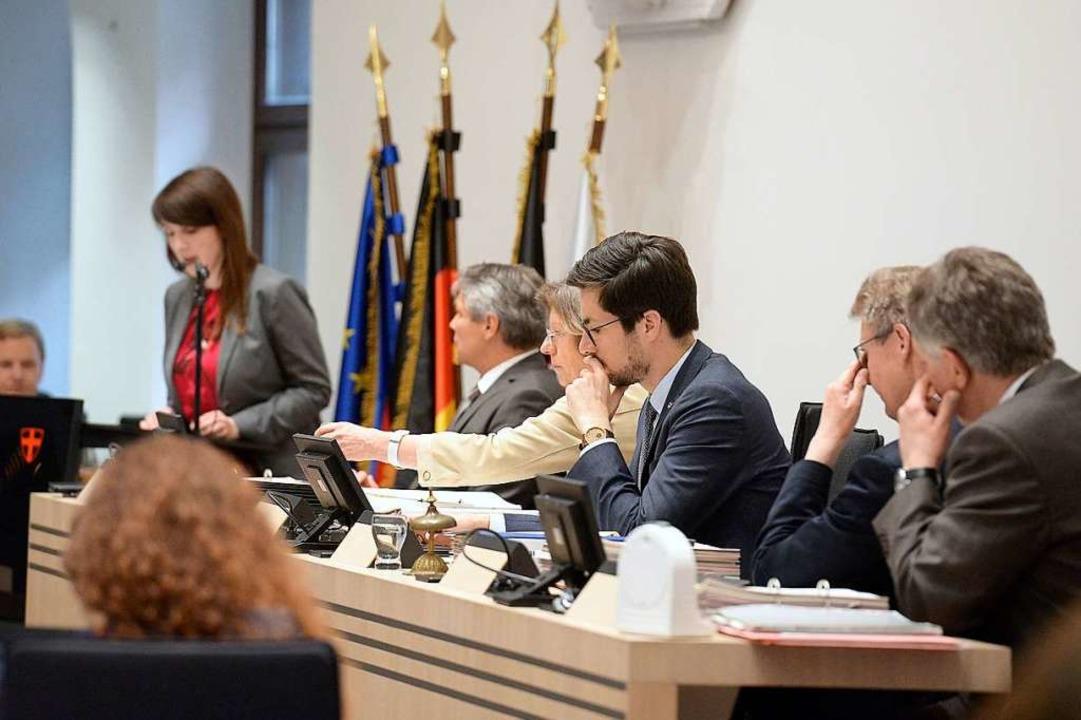 Vor der Verabschiedung des Haushalts g...g. Die Bürgermeisterbank ist ganz Ohr.  | Foto: Ingo Schneider