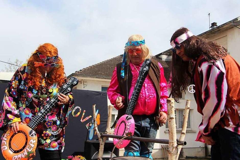 Fröhlich, bunt und fantasievoll präsentierten sich die Gruppen beim großen Umzug durch die Altstadt von La Vôge les Bains. (Foto: Uli Spielberger)