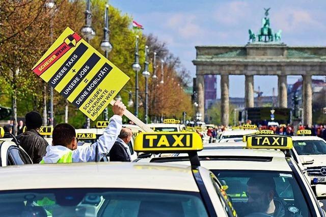 Taxifahrer protestieren gegen Scheuers Pläne, den Markt für Uber und Co. zu öffnen