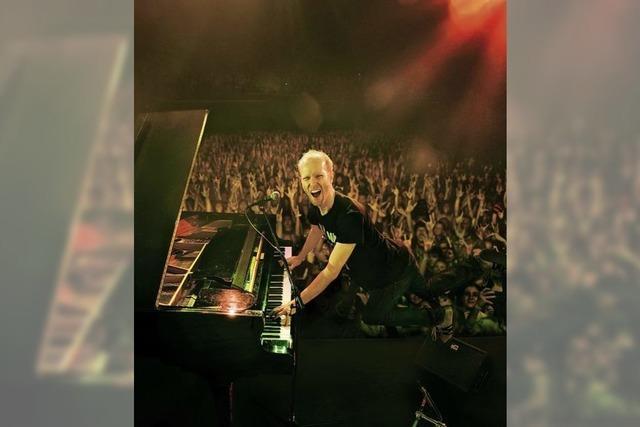 Michael Krebs quatscht und singt am Piano