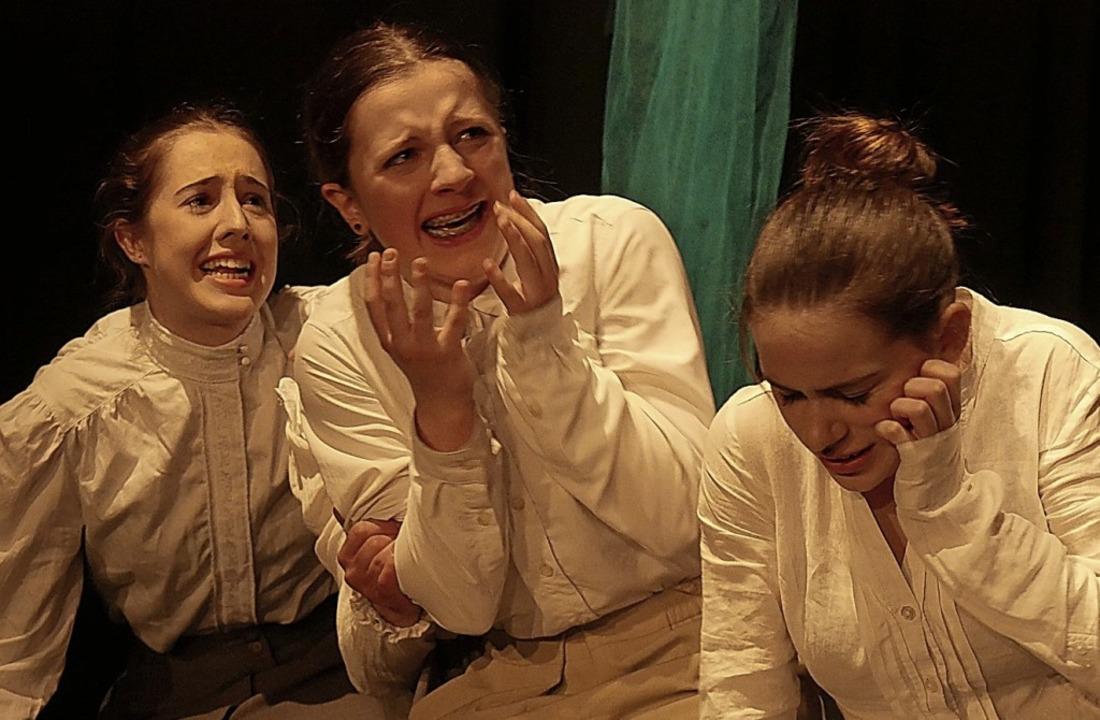 <BZ-FotoAnlauf>Dramatisch </BZ-FotoAnl...lerinnen in  &#8222;Hexenjagd&#8220;.   | Foto: Schule