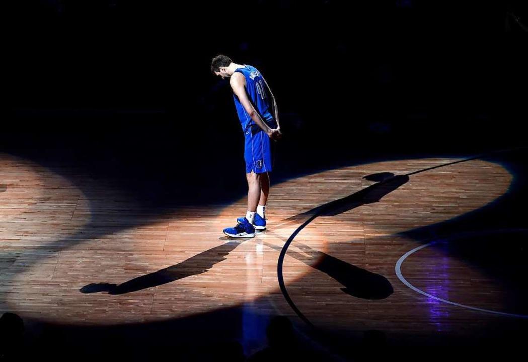 Dirk Nowitzki nach seinem letzten Heimspiel in Dallas  | Foto: dpa
