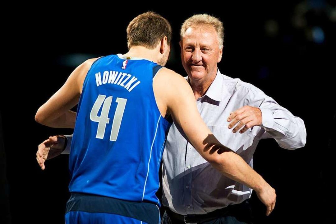 Nowitzki mit Larry Bird  | Foto: dpa