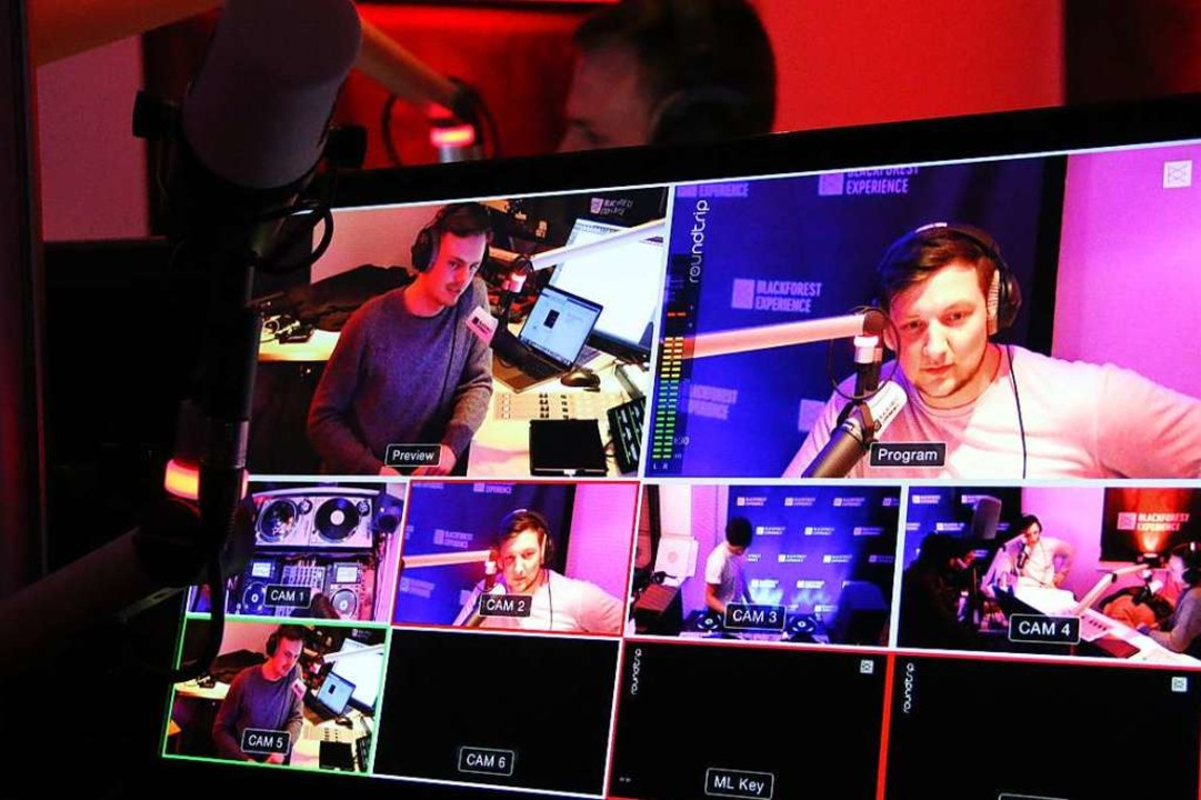 In ihren Radioshows interviewen sie DJs mit Bezug zum Schwarzwald.  | Foto: Julia Stulberg