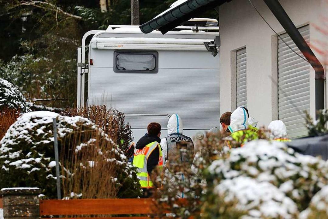 Polizisten und Mitarbeiter der Spurensicherung bei der Arbeit in Schnaittach.  | Foto: dpa