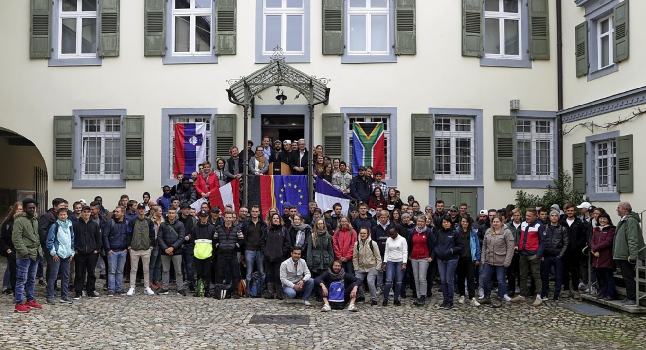 International und lebhaft ging es zu b...hülern im Hof des Markgräfler Museums.    Foto: A. Huber