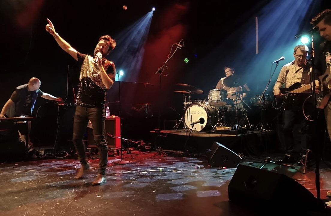 Sänger San2 aka Daniel Gall überzeugt mit starker Bühnenpräsenz.   | Foto: Nele Augenstein