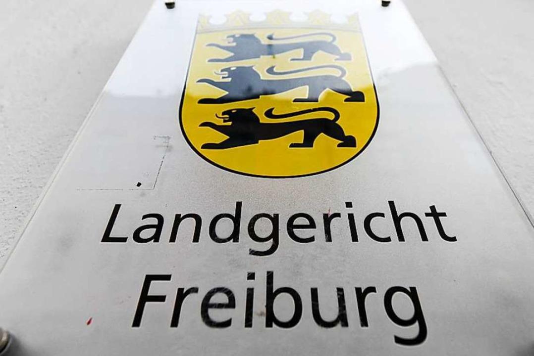 Am Freiburger Landgericht musste ein E...genentransporter genügend Platz haben.  | Foto: dpa
