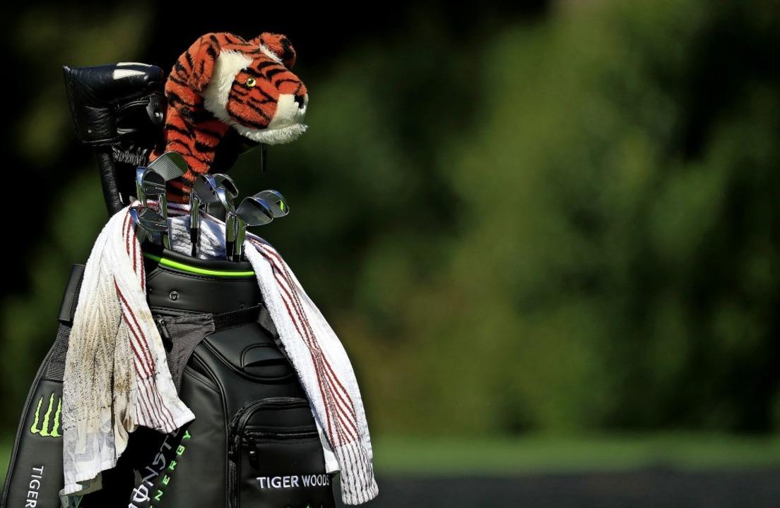 Der Plüschtiger ist immer dabei, wenn ...oods auf dem Golfplatz unterwegs ist.   | Foto: AFP
