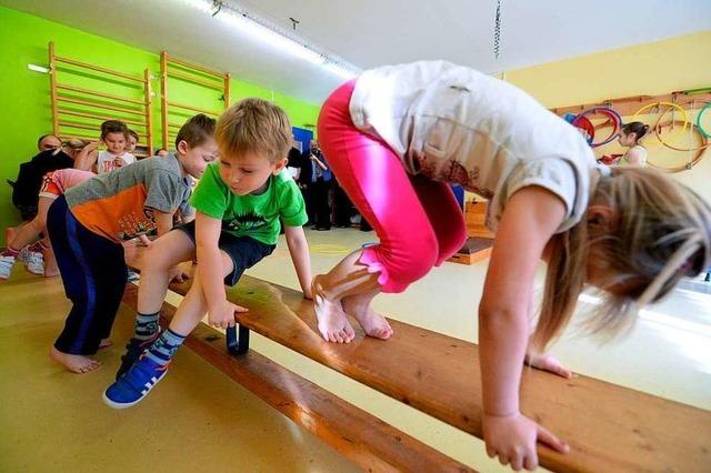 Zwei Studentinnen untersuchen bei Kindern, wie Gewicht und Leistung zusammenhängen