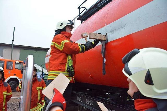 Feuerwehren aus dem Kreis Lörrach üben Lecks in Kesselwagen abzudichten