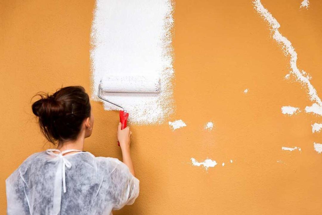 Die richtige Vorbereitung ist beim Streichen und Tapezieren essentiell.  | Foto: Miriam Doerr & Martin Frommherz (stock.adobe.com)