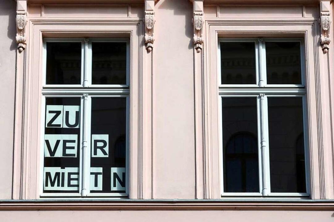 """Zu Vermieten"" –Schi...eht man in Freiburg kaum (Symbolbild).  | Foto: dpa"