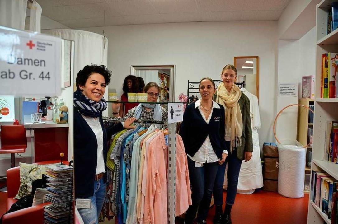 Freuen sich auf viele Kleiderspenden: ...üller, Zejnepe Rexhepi und Mia Heindl.  | Foto: Felix Lieschke