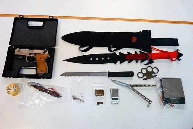 Mehrere Waffen und Drogen bei 22-Jährigem beschlagnahmt