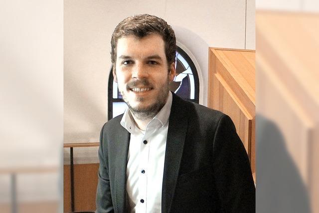 Jonas Ebner spielt im Fridolinsmünster Orgelmusik zur Marktzeit.