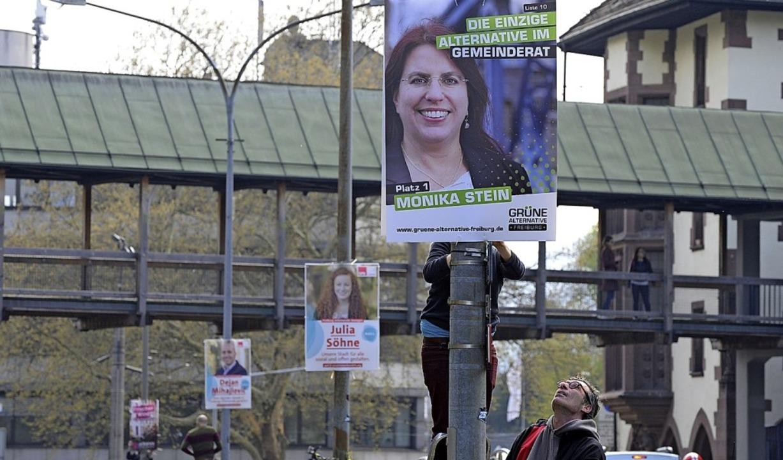 Jetzt hängen sie – die Plakate für die Kommunalwahl.   | Foto: Rita Eggstein