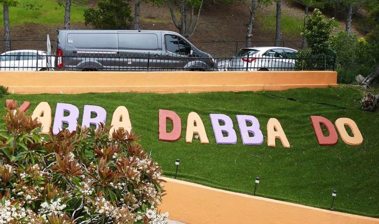 Der Schriftzug «Yabba Dabba Doo!» steht in der Einfahrt.  | Foto: dpa