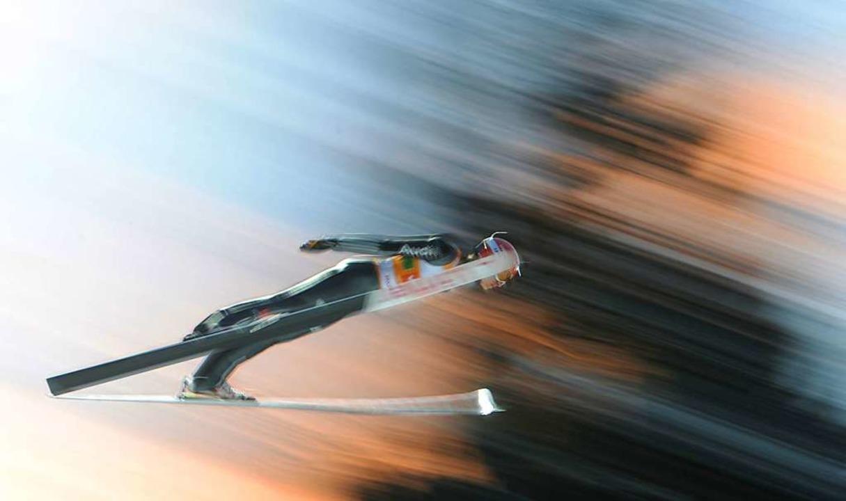 Karl Geiger im Jahr 2017 beim Weltcup-Springen von der Hochfirstschanze  | Foto: dpa