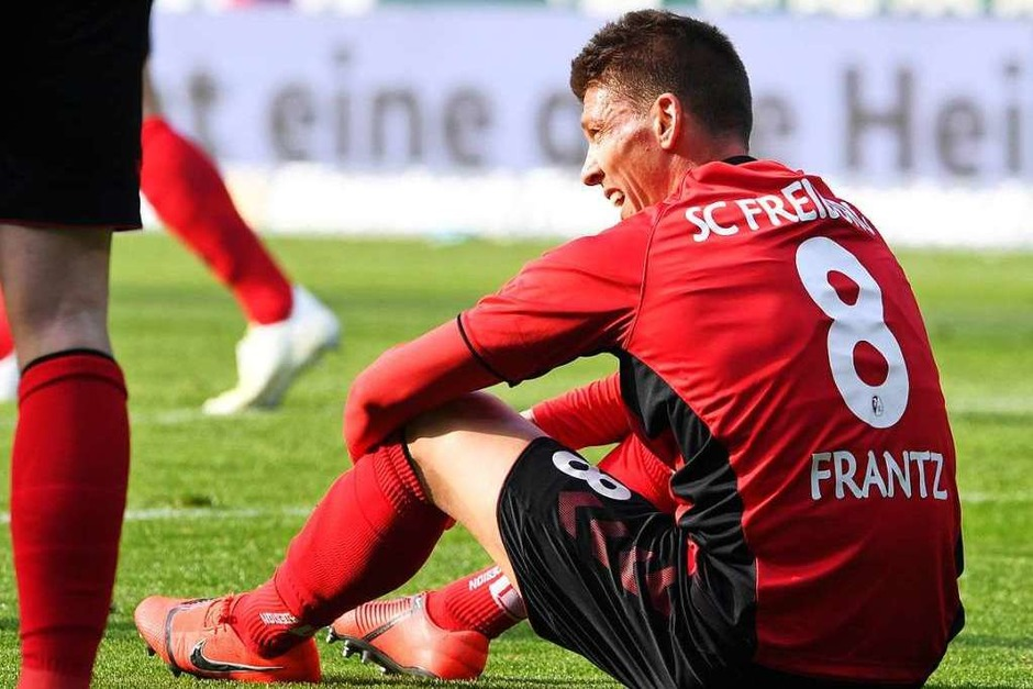 Mike Frantz bleibt nach dem Abpfiff auf dem Boden sitzen: Wieder hat der Sportclub viel investiert, jedoch keine Tore geschossen. (Foto: dpa)