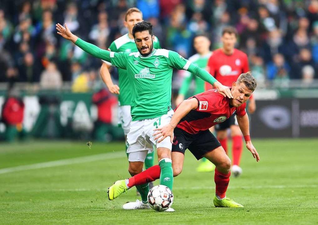 Auch aggressive Zweikämpfe prägten das...und Florian Niederlechner um den Ball.  | Foto: Carmen Jaspersen