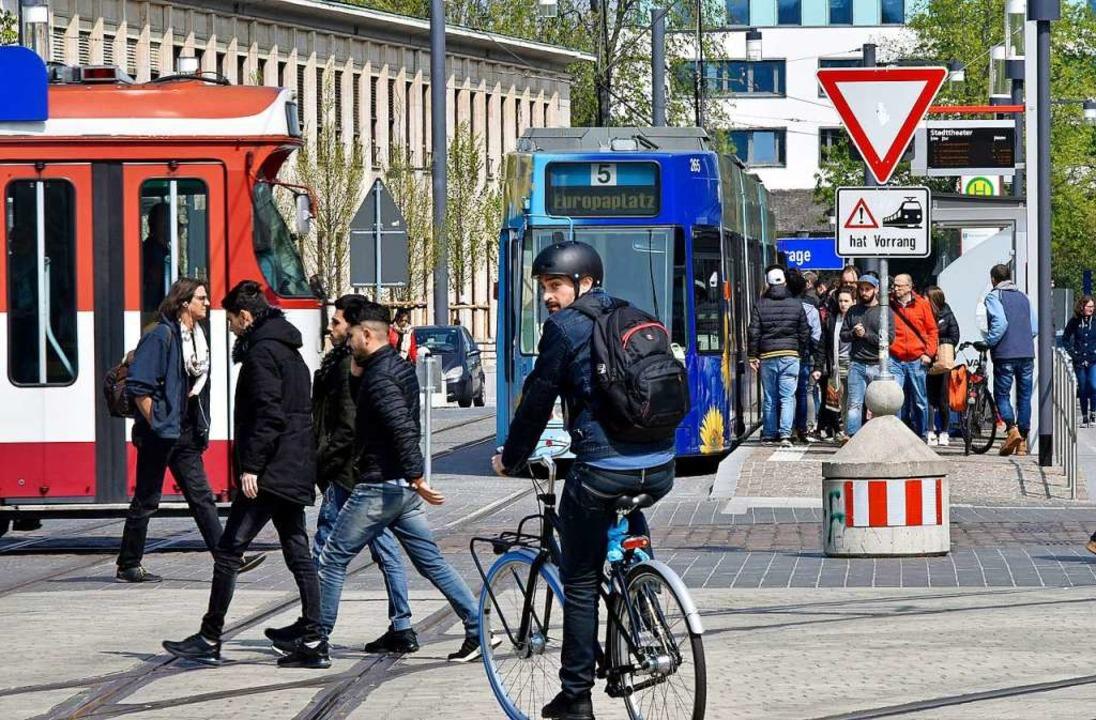 Mitten in Freiburgs neuer Fußgängerzon...uch die Radler müssen sich umgewöhnen.  | Foto: Michael Bamberger