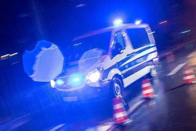 Auto stößt mit Polizeiwagen zusammen und fährt weiter