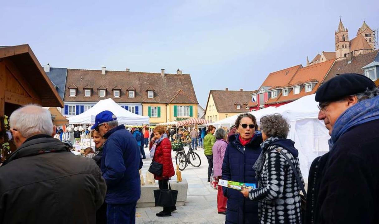 Zahlreiche Marktbesucher bummelten am ...neu gestalteten Breisacher Marktplatz.    Foto: Julius Wilhelm Steckmeister