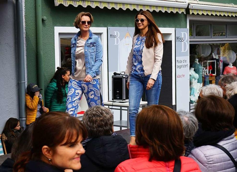 Models zeigten auf dem Catwalk, was Frau im Sommer trägt.    Foto: Julius Wilhelm Steckmeister
