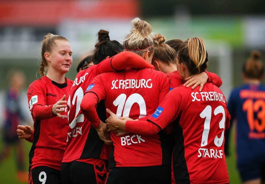 Die SC-Fußballerinnen  spielen besser,... unterliegen am Ende aber unglücklich.  | Foto: Patrick Seeger