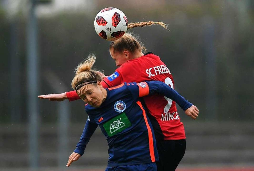 SC-Spielerin Janina Minge (rechts) im Zweikampf mit Svenja Huth  | Foto: Patrick Seeger