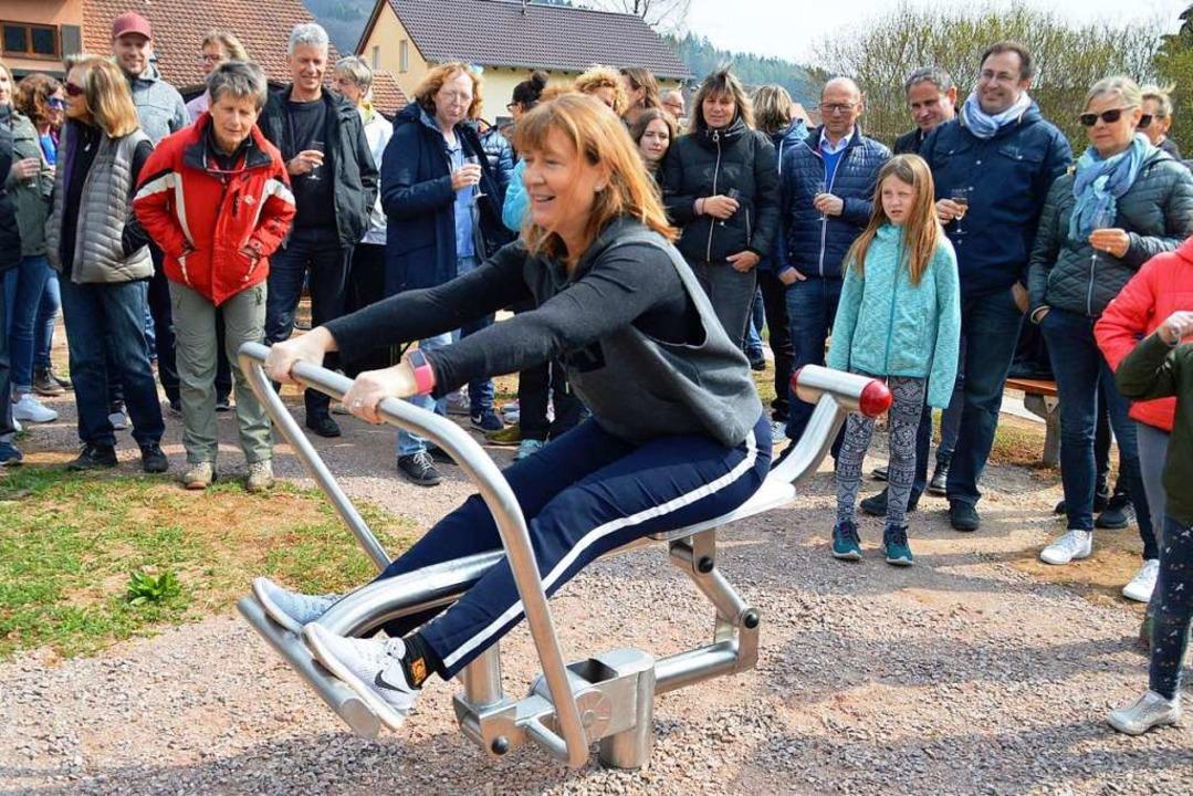 Langenaus Ortsvorsteherin Elke Würger ...r ersten, die das Rudergerät bediente.  | Foto: Steinfelder