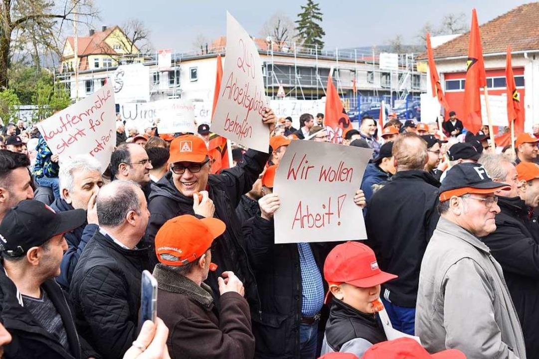 Klein beigeben wollen die 240 Beschäft...ht, sie kämpfen um ihre Arbeitsplätze.  | Foto: Manfred Hüfner