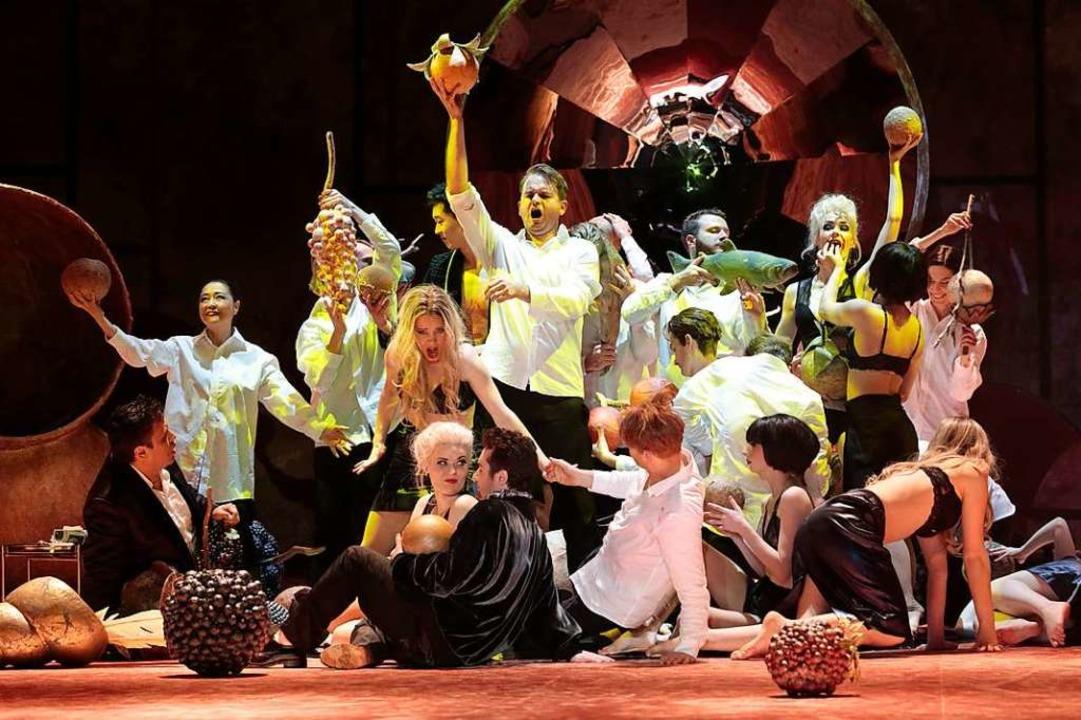 Früchte aus dem Garten der Lüste: Don Giovanni (Michael Borth, Mitte) feiert.  | Foto: Paul Leclaire