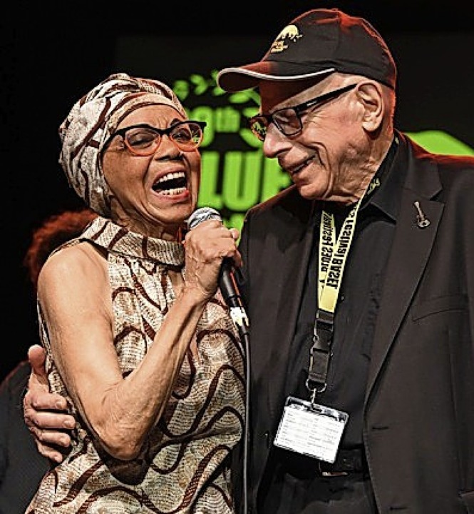 Arm in Arm: Sängerin Othella Dallas mi...n Festival-Chef Louis van der  Haegen   | Foto: Bergmann