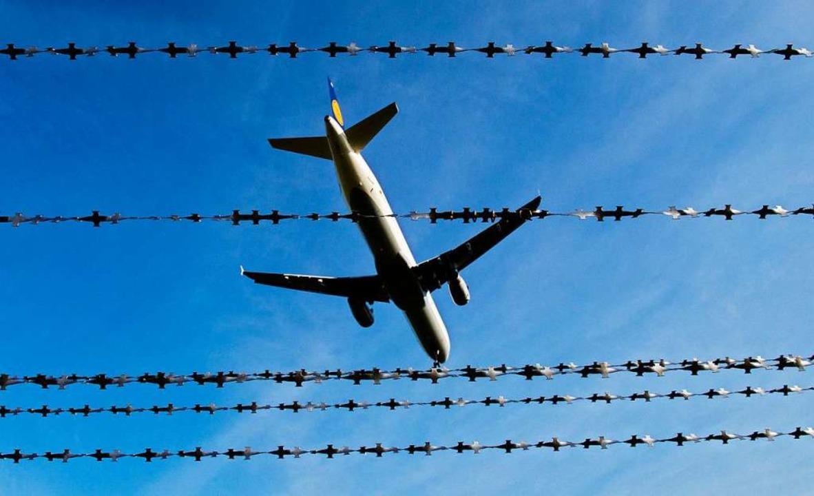 Vor der Abschiebung ins Heimatland wil...in normalen Gefängnissen unterbringen.  | Foto: dpa