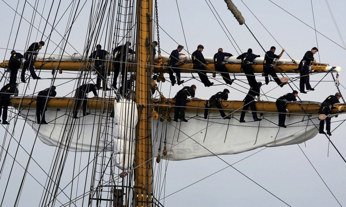 Besatzungsmitglieder der Gorch Fock in der Takelage    Foto: dpa/privat