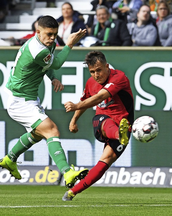 Mal im Angriffsmodus: SC-Spieler Amir Abrashi (rechts) gegen Milot Rashica   | Foto: dpa
