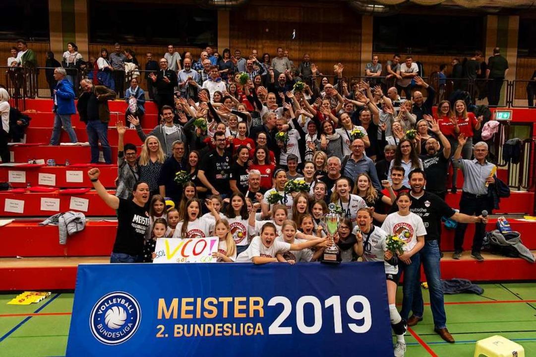 Die Offenburger Volleyballfamilie feiert.  | Foto: Sebastian Koehli