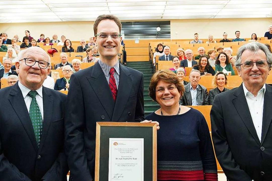Preisträger Friedrich G. Kapp (Zweiter...rklinik-Direktorin Charlotte Niemeyer.  | Foto: Iris Rothe