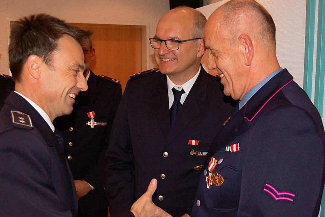 Edwin Rohrer (rechts) ist seit 40 Jahr...r Mitte Kommandant Daniel Reichenbach.  | Foto: Christian Ringwald